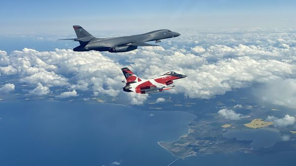 A B-1B Lancer flies with a Danish F-16 during a training mission for Bomber Task Force Europe, May 5, 2020. - Sputnik International