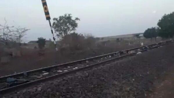 A train kills at least 17 workers in India, 8 May 2020 - Sputnik International