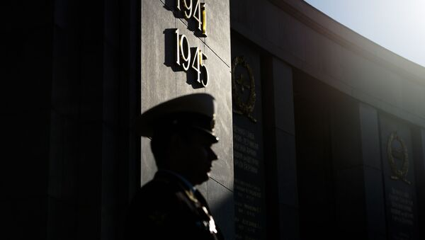 A Russian soldier grads at the Soviet War memorial at the boulevard 'Strasse des 17. Juni' during commemorations to mark the 75th anniversary of Victory Day and the end of WWII in Europe in Berlin, Germany, Friday, May 8, 2020 - Sputnik International