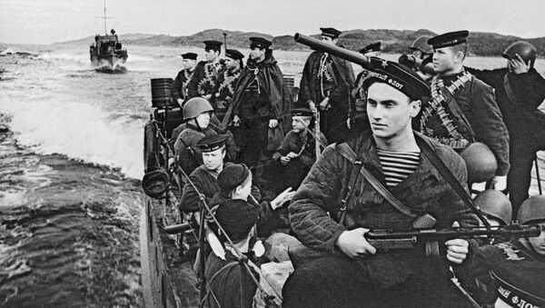Northern Fleet paratroopers sail on boats to the war zone, 1942 - Sputnik International
