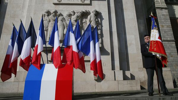 A veteran holds a French flag before a ceremony at a WWI and WWII monument in Lille, northern France, Friday May 8, 2020 - Sputnik International
