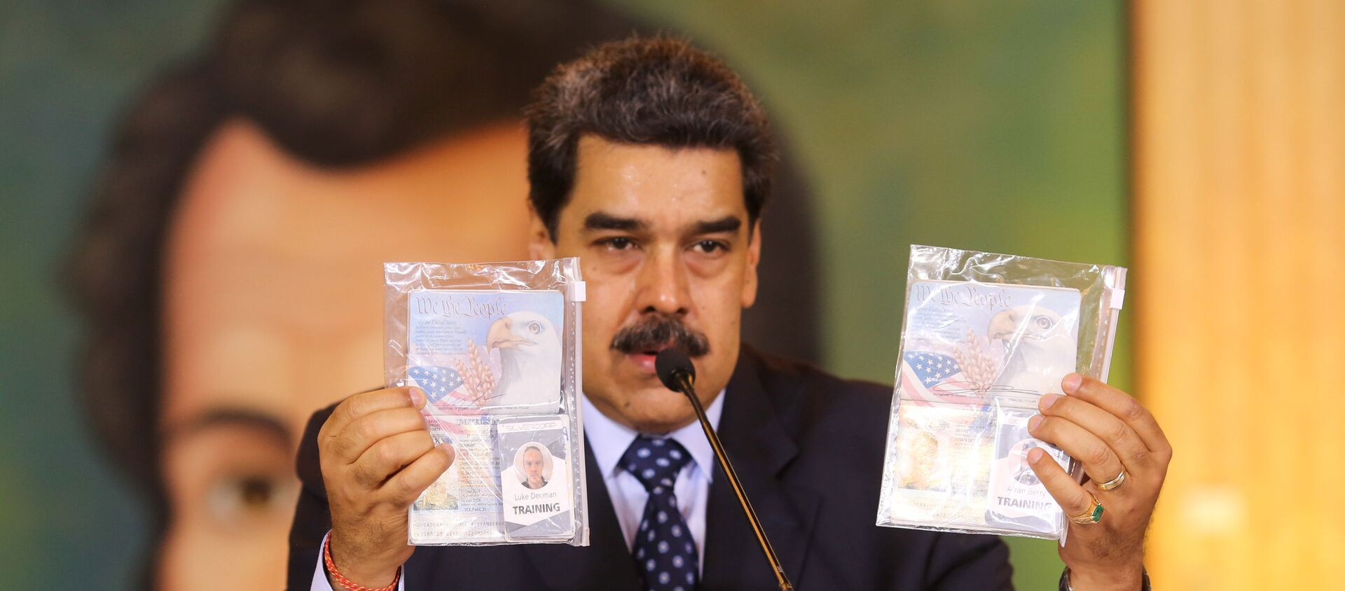 Personal documents are shown by Venezuela's President Nicolas Maduro during a virtual news conference in Caracas, Venezuela May 6, 2020. - Sputnik International, 1920, 15.05.2020