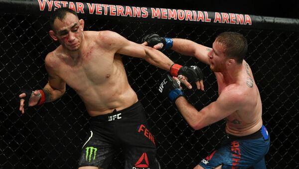 Tony Ferguson (red gloves) fights Justin Gaethje (blue gloves) during UFC 249 at VyStar Veterans Memorial Arena in Jacksonville, Florida - Sputnik International