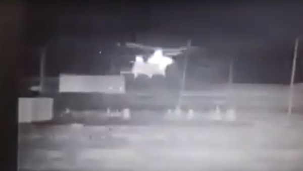 Viral video put out by a Popular Mobilization Forces militia allegedly showing the evacuation of Daesh (ISIS) militants aboard US helicopters in Syria. - Sputnik International
