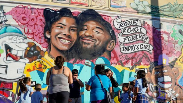 Fans gather around a mural to pay respects to Kobe Bryant after a helicopter crash killed the retired basketball star, in Los Angeles, California, U.S., January 28, 2020 - Sputnik International