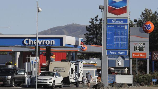 Petrol prices have fallen below £1 in UK and below US$2 in the United States - Sputnik International