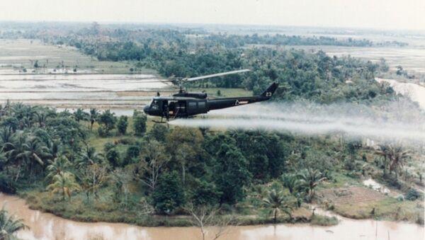 U.S. Huey helicopter spraying Agent Orange over Vietnam - Sputnik International