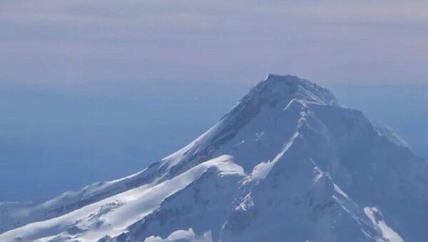 UFO entering Mount Hood caught on video by an airplane Pilot - Sputnik International