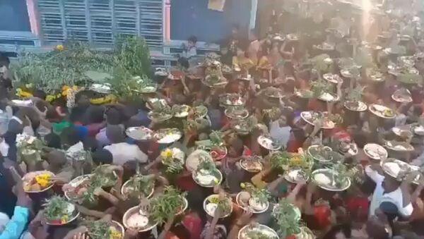 Hundreds of people with no regard for masks or social distancing gather for a village temple fair at Ramanagara district - Sputnik International