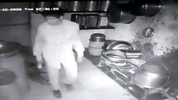 A group of five men breaks into an eatery in Gujarat's Junagadh town; cooks rice, potato curry to eat, leaves without stealing anything - Sputnik International