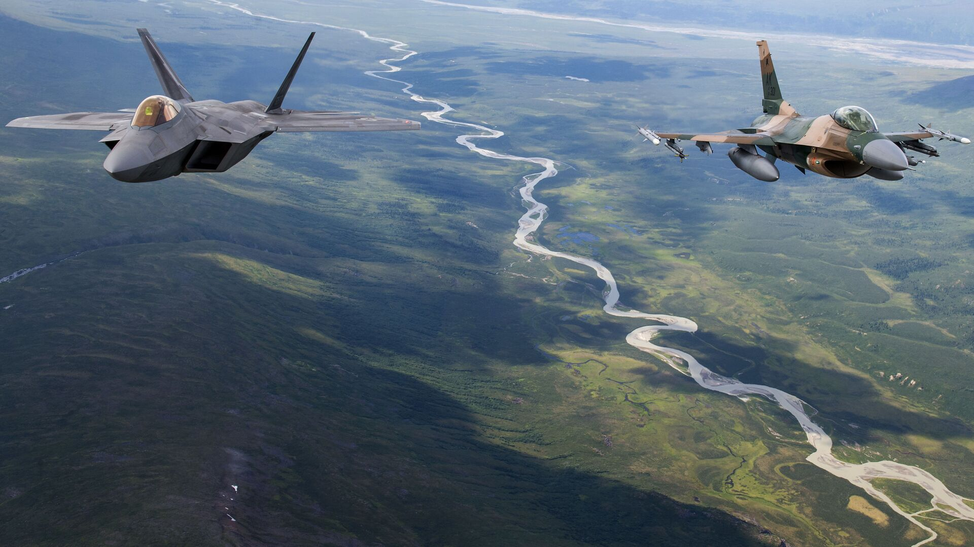 A US Air Force F-22 Raptor from Joint Base Elmendorf-Richardson and an F-16 Fighting Falcon from Eielson Air Force Base fly in formation over the Joint Pacific Alaska Range Complex, July 18, 2019 - Sputnik International, 1920, 17.09.2021