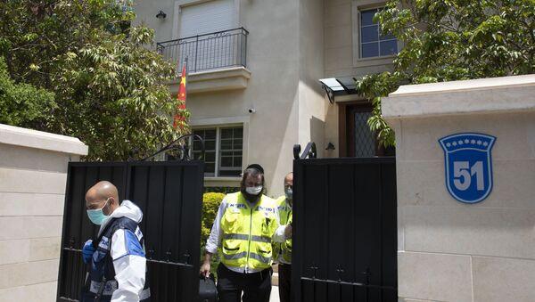 Israeli police officers exit the residence of the Chinese ambassador, in the central Israeli city of Herzliya - Sputnik International