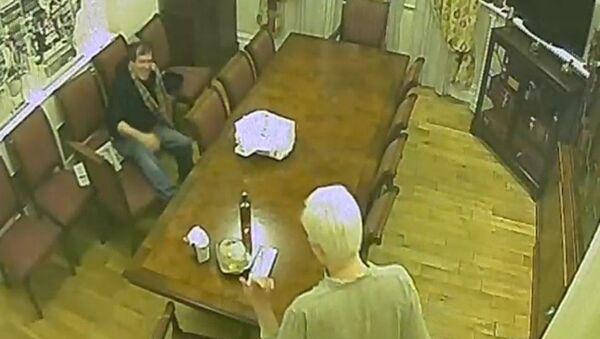 Spy footage of Randy Credico and Julian Assange in the Ecuadorian Embassy - Sputnik International