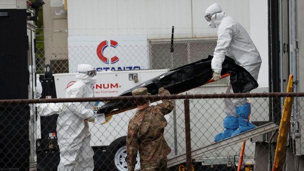 Workers move body of deceased person at University Hospital during outbreak of the coronavirus disease (COVID-19) in Newark - Sputnik International