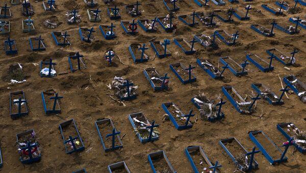 Свежие могилы на кладбище в Манау, Бразилия - Sputnik International