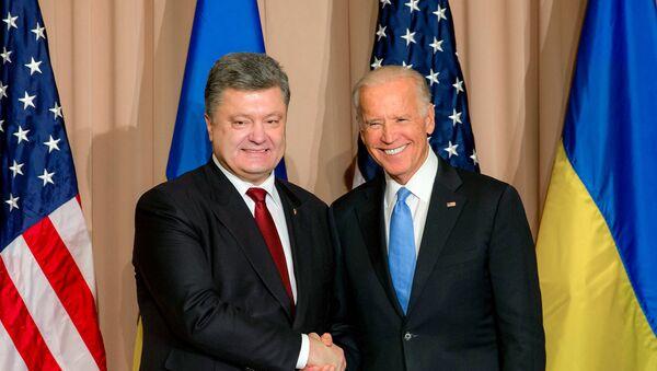 Ukrainian President Petro Poroshenko, left, and US Vice President Joe Biden during a meeting at the World Economic Forum - Sputnik International