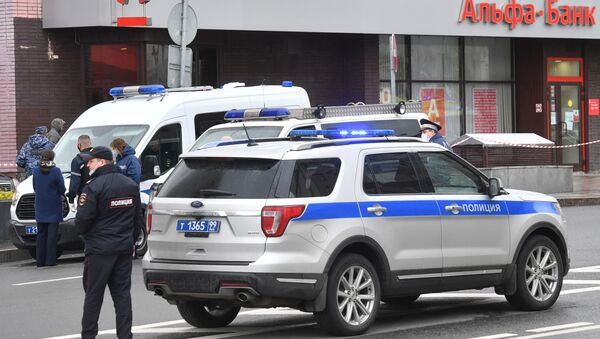 Police officers at the branch of Alfa Bank in the center of Moscow, from where it was reported that an unknown person was holding several people - Sputnik International