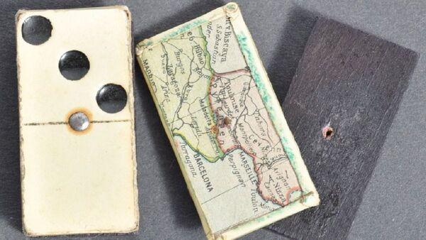 A pair of dominos concealing a hidden map sold for £800 - Sputnik International