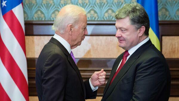 US Vice President Joe Biden (left) and Ukrainian President Petro Poroshenko during a meeting in Kiev - Sputnik International