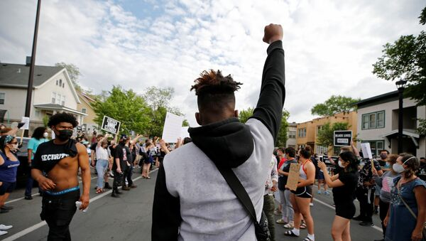 Protesters gather at the scene where George Floyd, an unarmed black man, was pinned down by a police officer kneeling on his neck before later dying in hospital in Minneapolis, Minnesota, U.S. May 26, 2020. - Sputnik International