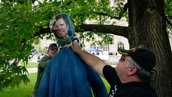Members of the Three Percent Militia hangs an effigy of Kentucky Governor Andy Beshear during a Patriot Day 2nd Amendment Rally in support of gun rights at the State Capitol in Frankfort, Kentucky, U.S. May 24, 2020. REUTERS/Bryan Woolston - Sputnik International