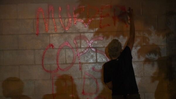 Protesters vandalize an O'Reilly's near the Minneapolis Police third precinct, where they gathered after a white police officer was caught on a bystander's video pressing his knee into the neck of African-American man George Floyd, who later died at a hospital, in Minneapolis, Minnesota, U.S. May 27, 2020. REUTERS/Nicholas Pfosi - Sputnik International