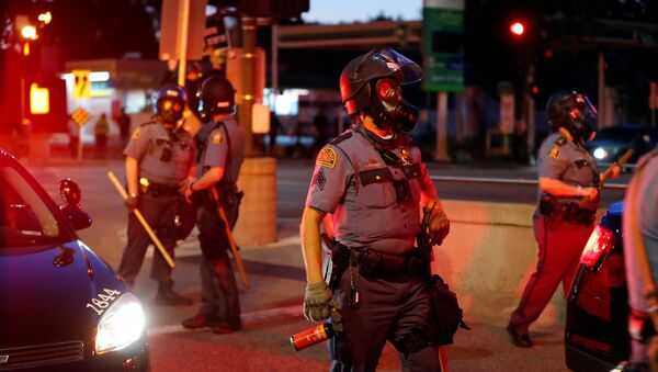 Police officers face protesters after a white police officer was caught on a bystander's video pressing his knee into the neck of African-American man George Floyd, who later died at a hospital, in St. Paul, Minnesota, 28 May 2020 - Sputnik International