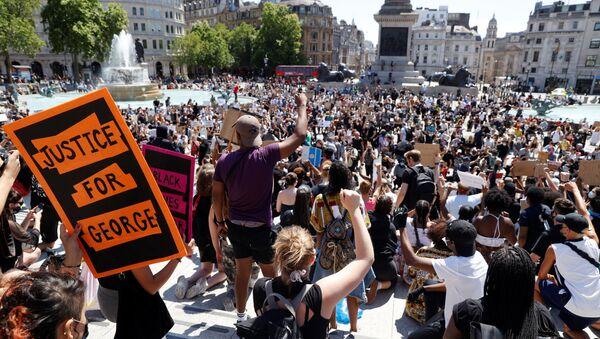 People react during a protest against the death in Minneapolis police custody of African-American man George Floyd, in Trafalgar Square, London, Britain, May 31, 2020.  - Sputnik International