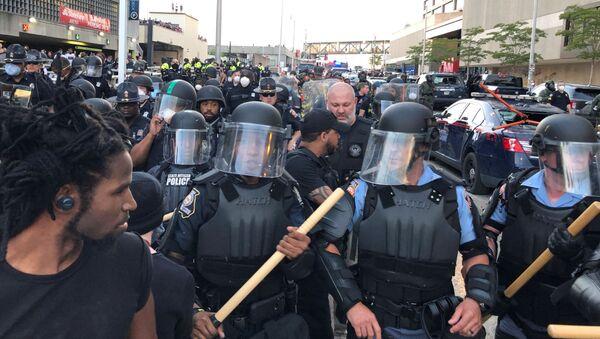 Riot police hold a line near a damaged Atlanta Police cars as people protest against the death in Minneapolis police custody of African-American man George Floyd, near CNN Center in Atlanta, Georgia, U.S. May 29, 2020 - Sputnik International