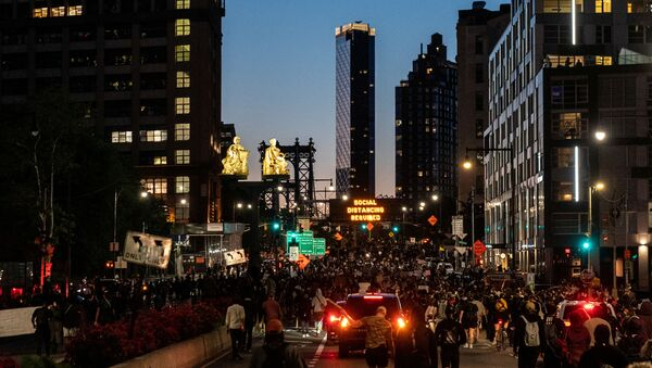 Protesters rally against the death in Minneapolis police custody of George Floyd, near Manhattan bridge in the Brooklyn borough of New York City, U.S., May 31, 2020. Picture taken May 31, 2020 - Sputnik International
