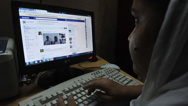 An Indian woman logs onto Facebook on her computer at her home in Hyderabad on May 14, 2012 - Sputnik International