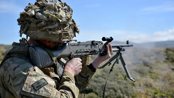 British soldier First Fusiliers holding a GPMG - Sputnik International