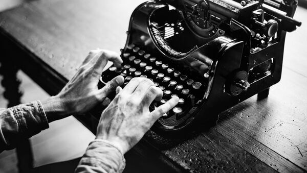 A journalist behind an old fashioned typewriter  - Sputnik International
