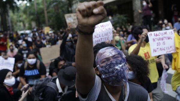 People protest against crimes committed by the police against black people in the favelas, outside the Rio de Janeiro's state government, Brazil, Sunday, May 31, 2020 - Sputnik International