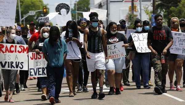 Marchers wave signs and shout slogans during a protest over the death of George Floyd, Monday, June 1, 2020, in Jackson, Miss.  - Sputnik International