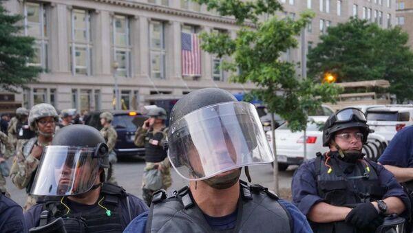 Policemen during protests in Washington DC on 3 June 2020 - Sputnik International