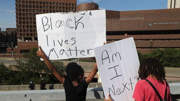 Protestors march across the Brooklyn Bridge against the death in Minneapolis police custody of George Floyd in New York City, New York, U.S., June 4, 2020. REUTERS/Jeenah Moon - Sputnik International
