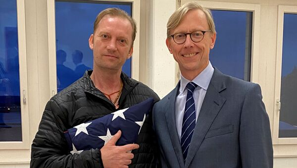 Michael White, a freed U.S. Navy veteran detained in Iran since 2018, poses with U.S. Special Envoy for Iran Brian Hook while on his return to the United States at Zurich Airport in Zurich, Switzerland June 4, 2020 - Sputnik International