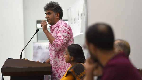 Executive Director, Amnesty international India, Aakar Patel (L)addresses a press conference in New Delhi on July 13, 2016 - Sputnik International
