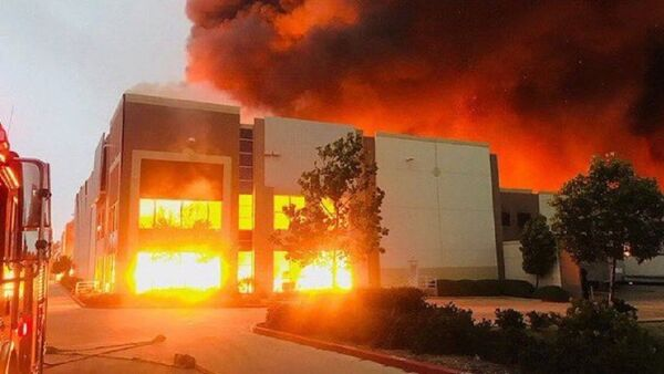 Fire at a warehouse facility operating as an Amazon distribution centre in Redlands, California, in the Los Angeles area, 05.06.2020. - Sputnik International