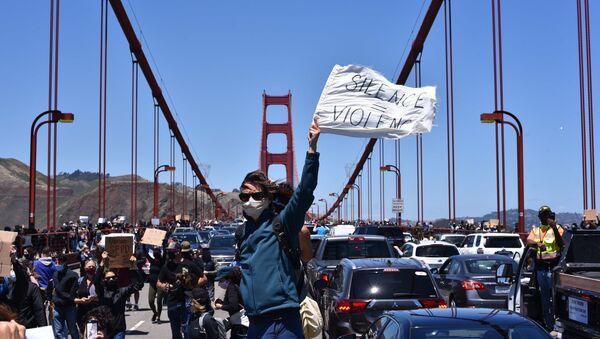 Black Lives Matter protesters march through Golden Gate Bridge in San Francisco, 6 June 2020 - Sputnik International