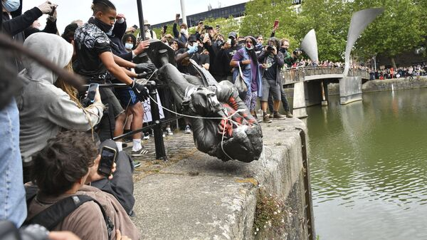 The statue of Edward Colston is thrown into the harbour in Bristol. - Sputnik International