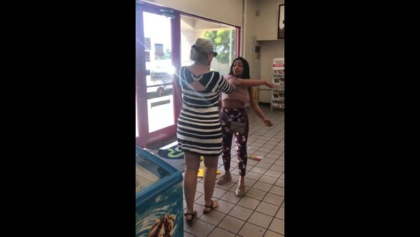 US woman verbally attacks woman at an Arizona gas station and calls on shopper to go back to Mexico. - Sputnik International