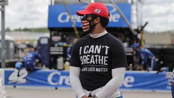 Bubba Wallace (43) wears a I Can't Breath, Black Lives Matter shirt before a NASCAR Cup Series auto race at Atlanta Motor Speedway, Sunday, June 7, 2020, in Hampton, Ga. (AP Photo/Brynn Anderson) - Sputnik International