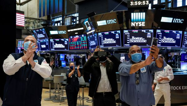 Workers celebrate the during closing bell, as they prepare for the return to trading, on the floor at the New York Stock Exchange (NYSE) in New York, U.S., May 22, 2020 - Sputnik International
