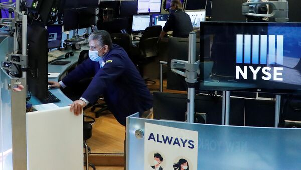Traders wear masks as they work on the floor of the New York Stock Exchange as the outbreak of the coronavirus disease (COVID-19) continues in the Manhattan borough of New York, U.S., May 27, 2020. - Sputnik International