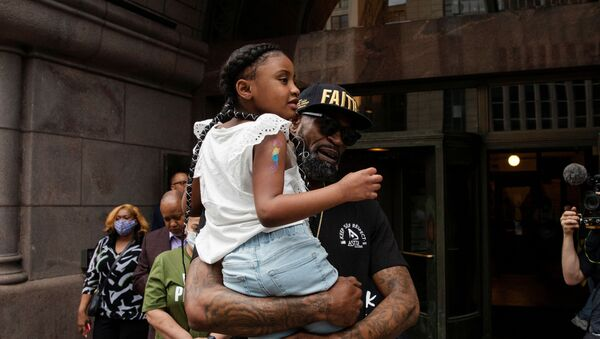 Former NBA player Stephen Jackson carries George Floyd's 6-year-old daughter, Gianna, after speaking about his death in Minneapolis police custody, at the Minneapolis City Hall, in Minneapolis, Minnesota, U.S., June 2, 2020 - Sputnik International