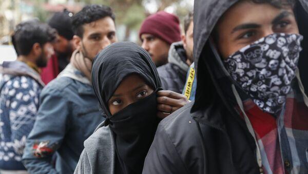 Migrants queue outside a supermarket to buy food near the Turkish-Greek border in Pazarkule, Edirne region, Turkey, Tuesday, 10 March 2020 - Sputnik International