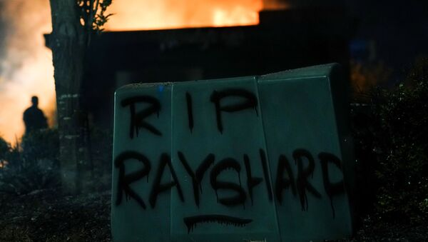 'RIP Rayshard' is seen written in spray paint as a Wendy's burns following a rally against racial inequality and the police shooting death of Rayshard Brooks, in Atlanta, Georgia, U.S. June 13, 2020 - Sputnik International