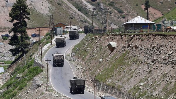 An Indian army convoy moves along Srinagar-Leh national highway, at Gagangeer, in east Kashmir's Ganderbal district, June 15, 2020 - Sputnik International
